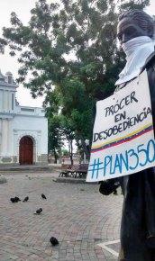 Convulsión política venezolana y patrimonio cultural. Cartel de la Resistencia en la estatua del Libertador de la plaza Bolívar de Santa Rosa, estado Lara.