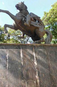 Monumento al Libertador en la plaza Bolívar de San Antonio del Táchira, vandalizado de nuevo. Patrimonio cultural venezolano en riesgo.