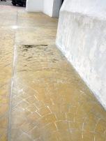 La pintura se desprende de las paredes y se observa el piso humedecido con moho y con excedente de pintura blanca. marinela A. 2017