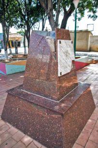 Vista del pedestal roto tras el robo del busto de Rafael Urdaneta, en su plaza de Coro.