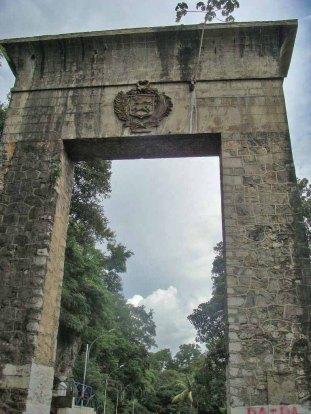 El Monumento de La Puerta tiene una altura de 20 m y mide unos 15 m de ancho. Patrimonio cultural de Venezuela.