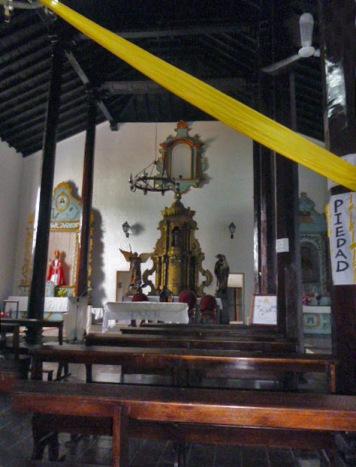 Ausencia de la imagen de San Nicolas de Bari que está sobre el altar mayor por falta de escaleras, en la iglesia homónima, monumento histórico nacional de Venezuela.