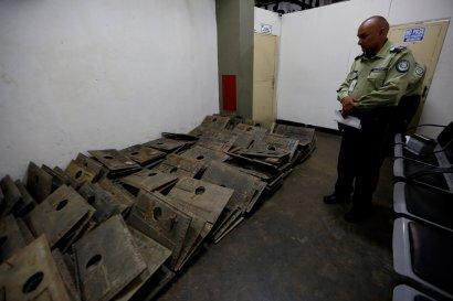 Placas robadas del Cementerio del Este, recuperadas por la policía. Contrabando de bronce arruina el patrimonio cultural venezolano.