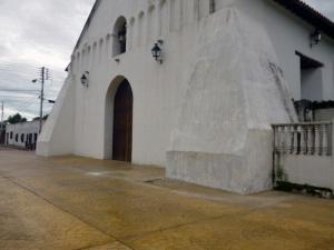 Desprendimiento de la capa de pintura de la iglesia asspictórica por humedad. Marinela Araque. 2017