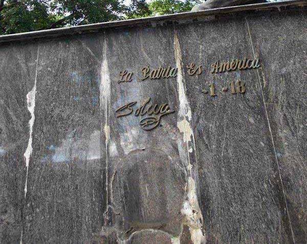Una de las frases que se robaron, tras llevarse los 4 escudos del monumento al Libertador Simón Bolívar. Patrimonio cultural de Venezuela en riesgo.