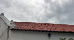 Tejas desprendidas de la iglesia San Nicolás de Bari a dos años de su restauración. Monumento histórico Nacional de Venezuela.