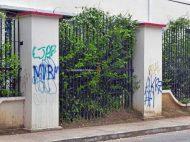 """""""Es un acto vandálico, no arte"""", reclama un jubilado ante las pintas que agreden los muros del liceo O'Leary. Patrimonio histórico de la ciudad de Barinas, estado Barinas, en peligro. Venezuela."""