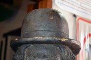 Daños ocasionados al sombrero de hongo de la estatua de Chaplin. Patrimonio cultural de Mérida, Venezuela, en peligro. Mafia del bronce.