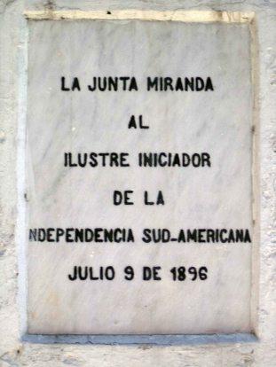 Detalle de la última intervención a las inscripciones grabadas en la cara frontal del pedestal. Patrimonio histórico de Mérida, Venezuela.