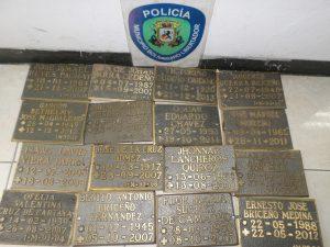 El 25 de junio de 2017 junio la policía de Caracas detuvo a un delincuente con 16 placas de bronce que había robado del Cementerio El Junquito. Foto Prensa Policía de Caracas.