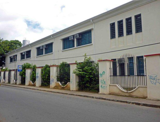 El lateral de la cerca del liceo O'Leary que da a la plaza de Los Poetas, en Barinas, fue totalmente vandalizado. Patrimonio de Venezuela en peligro.