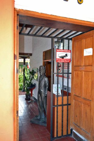 En la entrada de la posada La Serranía, Mérida, se aprecia la estatua de Chaplin. Patrimonio cultural de Mérida, Venezuela, en peligro. Mafia del bronce.