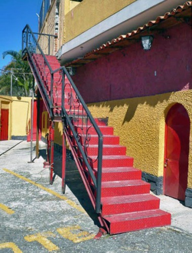 La restaurada escalera de acceso a numerados. Plaza de Toros Román Eduardo Sandia, patrimonio cultural del estado Mérida, Venezuela.