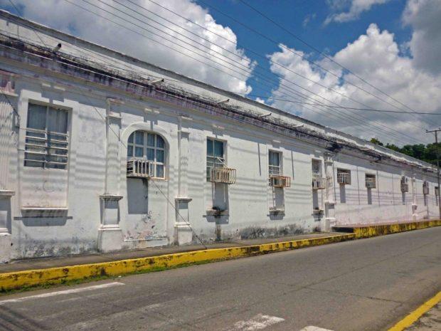Fachada lateral sin pintar y con humedad. Patrimonio histórico en riesgo de Barinas, estado Barinas. Venezuela.