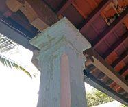Algunas columnas de la sede de la alcaldía de Barinas presentan humedad. Patrimonio arquitectónico de Venezuela.