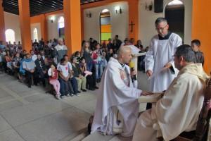 La feligresía recibe al nuevo párroco de la iglesia San Vicente Ferrer. Patrimonio cultural del estado Táchira. Venezuela.