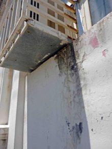Los aires acondicionados infiltran y ennegrecen las paredes del palacio municipal de Barinas. Patrimonio histórico de Barinas en riesgo. Venezuela.