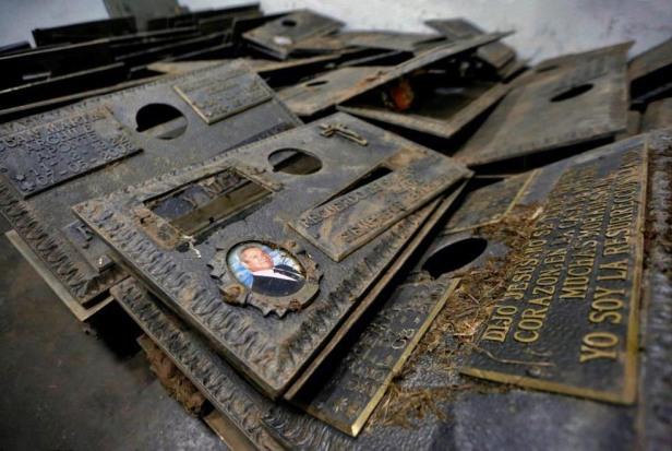 En Caracas también se llevan el bronce. Estas son algunas de las placas de bronce recuperadas, tras haber sido hurtadas del Cementerio del Este. Patrimonio cultural de Venezuela en riesgo.