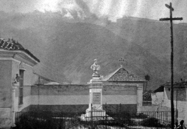 Plazoleta y monumento a Francisco de Miranda en 1929. Foto Guía General de Venezuela de Fernando Benet. Patrimonio histórico de Mérida, Venezuela.