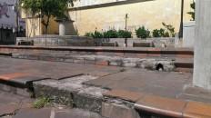 Escalones rotos en el bulevar de la iglesia de San Juan Bautista, en Valera.