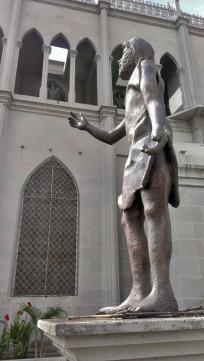 Lateral derecho de la estatua de San Juan Bautista, sin su lanza de bronce. Valera. Patrimonio de Trujillo, Venezuela, en peligro.