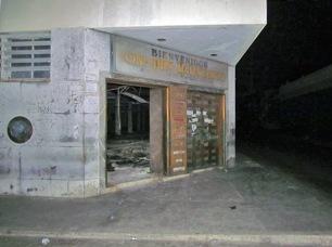 La puerta faltante en la sede del extinto Banco de Maracaibo, primera entidad bancaria del Venezuela. Foto David Moreno / Noticiaaldia.com, 12 de septiembre de 2017.