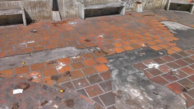 Pisos llenos de heces en el bulevar de la iglesia San Juan Bautista, de Valera. Patrimonio de Trujillo, Venezuela, en peligro.